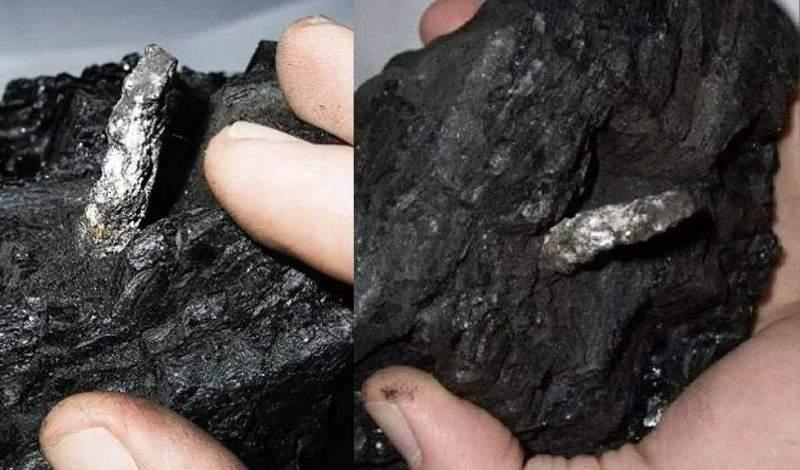 Небольшая алюминиевая деталь из куска угля.